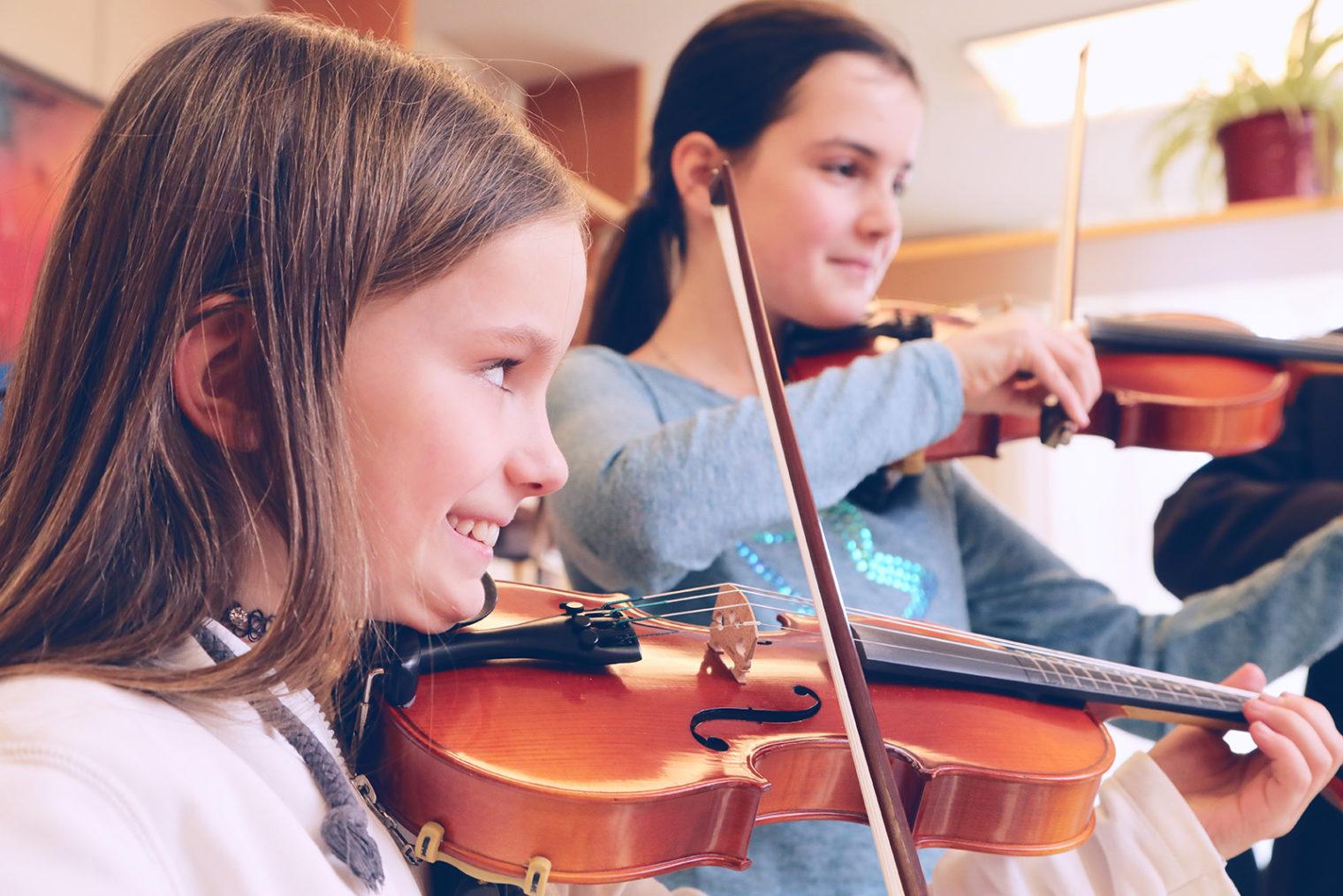 Kinder spielen Violine
