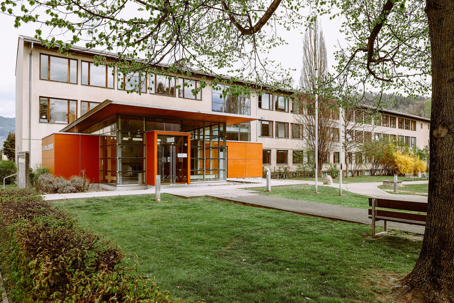 Außenaufnahme der Volksschule Leitendorf