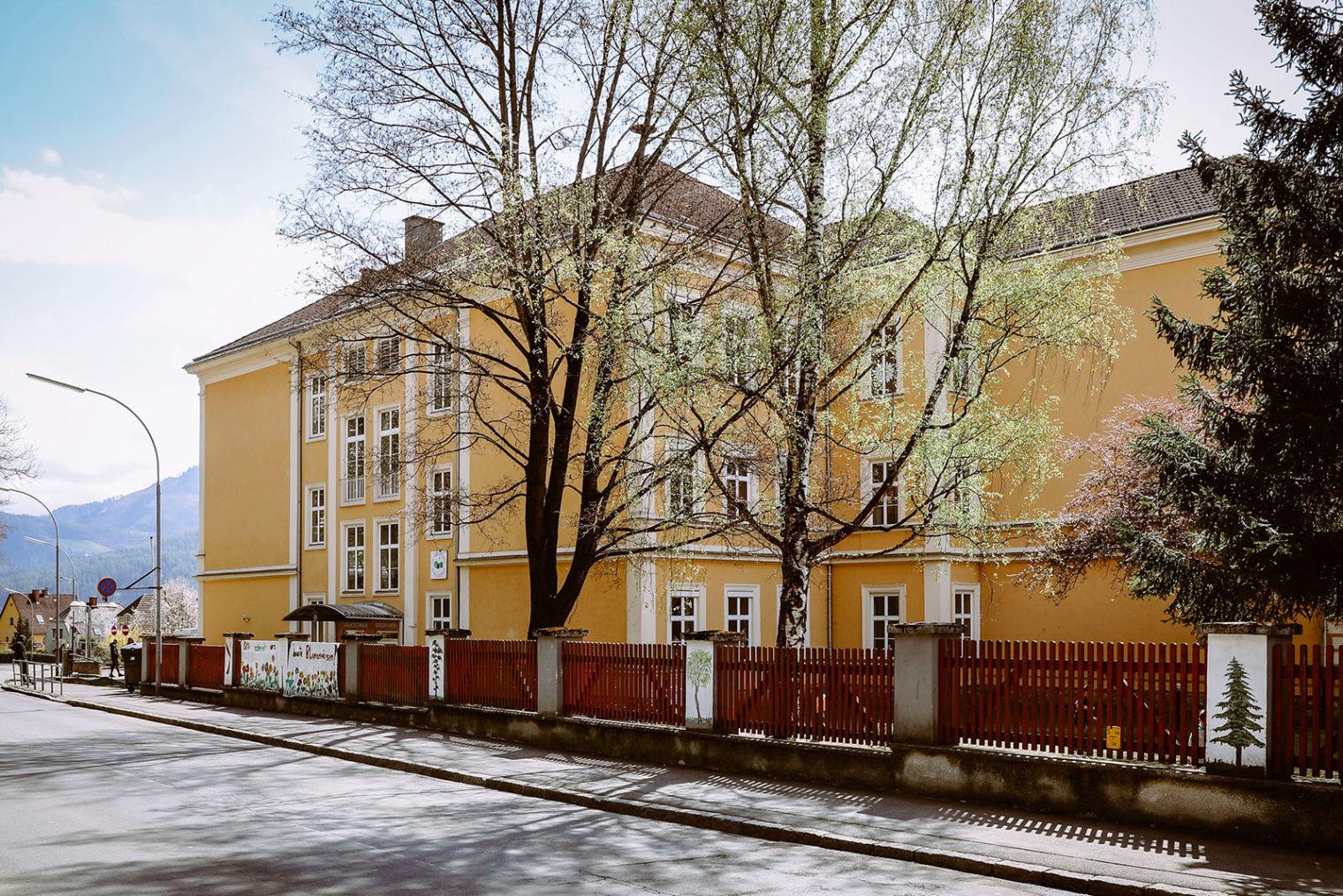 Außenaufnahme der Volksschule Leoben Seegraben
