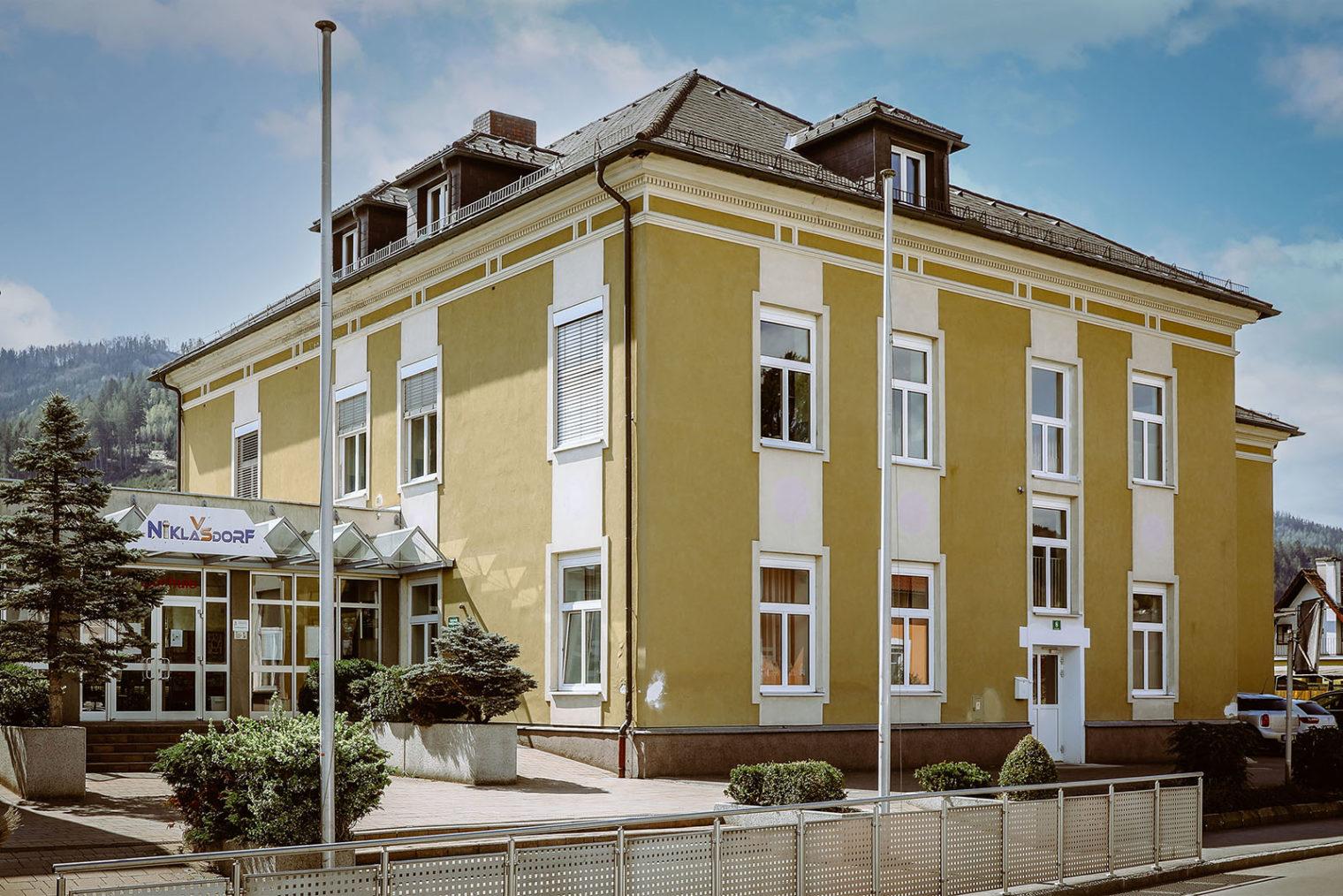 Außenaufnahme der Volksschule Niklasdorf